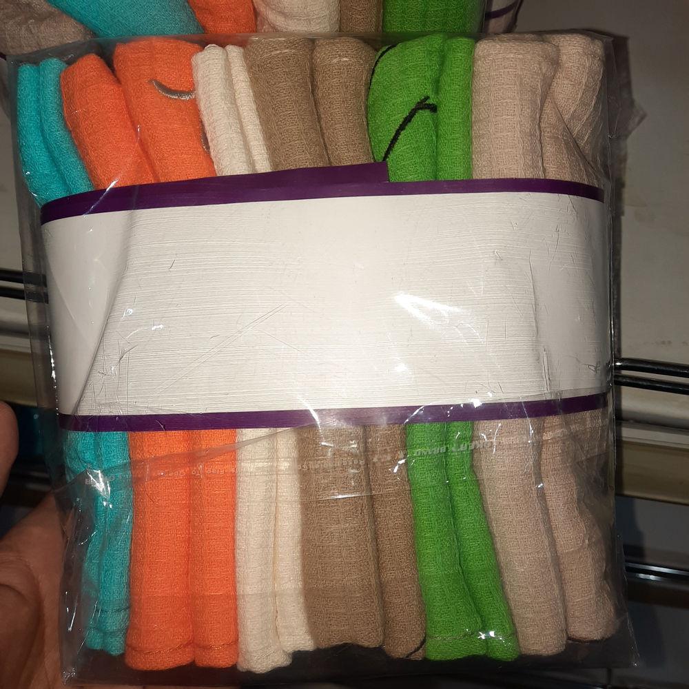 نانوسان دستمال آشپزخانه ۳+۳ عددی نانو کتان بیز  این پک شامل ۶ عدد دستمال ۱۰۰٪ پنبه برای خشک کردن دست و اقلام آشپزخانه و همچنین تمیز کردن انواع ظروف و سطوح بدون پرزدهی میباشد.   ۳ جفت دستمال با سایزهای مختلف برای کاربردهای مختلف در این پک قرار گرفته است:  ۳ عدد از دستمال ها با سایز ۴۰ در ۶۰ سانتی متر   و ۳ عدد دیگر با سایز ۳۰ در ۴۰ سانتی متر    با توجه به رنگرزی راکتیو و ثابت این محصول به راحتی قابلیت شستشو در ماشین لباسشویی با دمای ۳۰ درجه و بدون استفاده از پودرهای آنزیم دار را خواهید داشت.