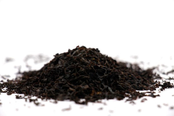 کافه دلیوری چای شکسته لاهیجان در بین انواع چای ایرانی یکی از زوددم ترین ها به شمار می رود بطوریکه مدت زمان لازم برای دم کشیدن آن حدودا 15 الی 20 دقیقه است. این چای طعم و رایحه ملایم و ناب و خاطره انگیز چای ایرانی را همراه خود دارد و رنگ دلچسبی دارد.چای شکسته لاهیجان بطور چشمگیری مقرون به صرفه است و به میزان قابل ملاحظه ای هزینه چای مصرفی شما را پایین می آورد. چای شکسته لاهیجان در بسته بندی های 1، 2.5، 5، 10 کیلوگرمی و به بالا در فروشگاه کافه دلیوری به فروش می رسد. شک نکنید! همین حالا تماس بگیرید.