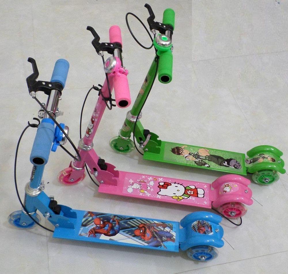 جوایز مدارس اسکوتر فلزی  برای سن ۳ الی ۱۲ سال کف اسکوتر یه تیکه  سه چرخ ژله ای  چرخ جلو چراغ دار ترمز ، زنگوله  ظرفیت وزن ۴۵ کیلو بسته بندی جعبه شیک کادوی در رنگ های : آبی ، قرمز ، زرد ، صورتی، سبز